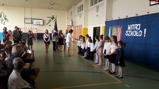 080b53603a ... także przywitani przez starszych kolegów. Następnie odbyła się część  artystyczna i pasowanie na ucznia Szkoły Podstawowej im. Karola Miarki w  Olzie.
